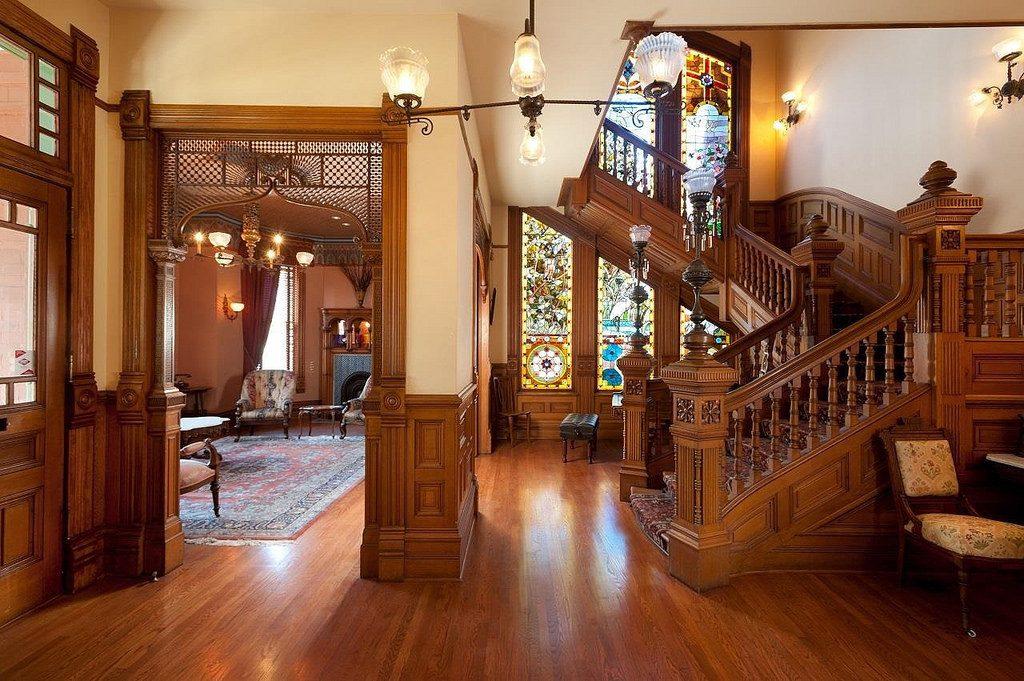 Mẫu lan can cầu thang đẹp gỗ mang lại sự sang trọng và hài hòa với tổng thể căn nhà