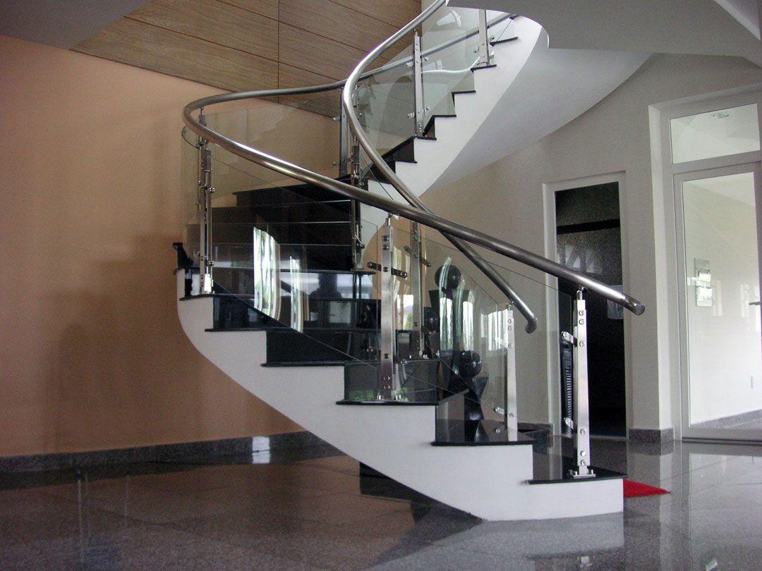 Mẫu lan can cầu thang đẹp bằng kính kết hợp tay nắm inox