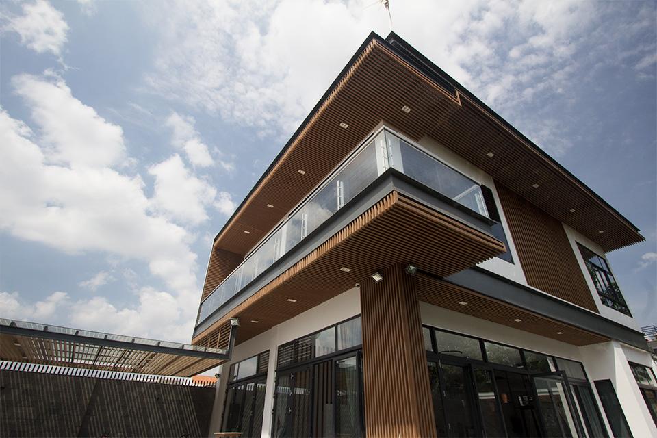 Sự chuyển đổi phong cách tinh tế, sử dụng chất liệu gỗ làm điểm nhấn trong thiết kế mẫu biệt thự đẹp nhất