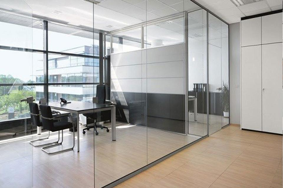 Thiết kế văn phòng không gian mở sử dụng kính trong suốt